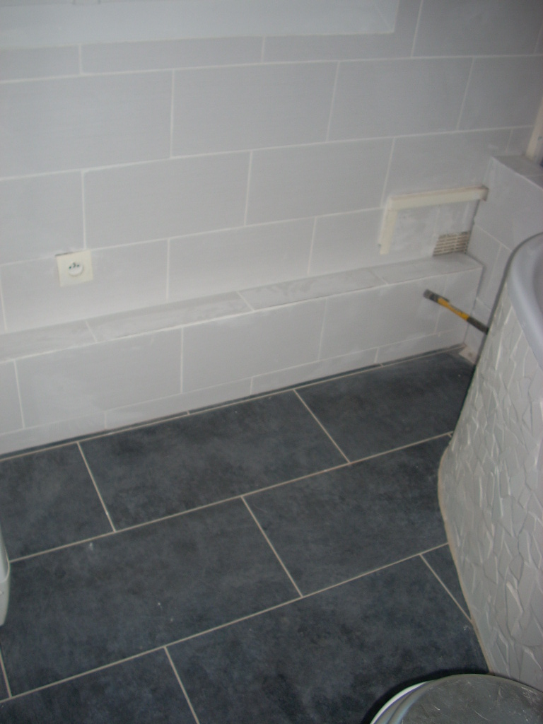 Pose de carrelage salle de bain sol gris for Pose de joint de carrelage